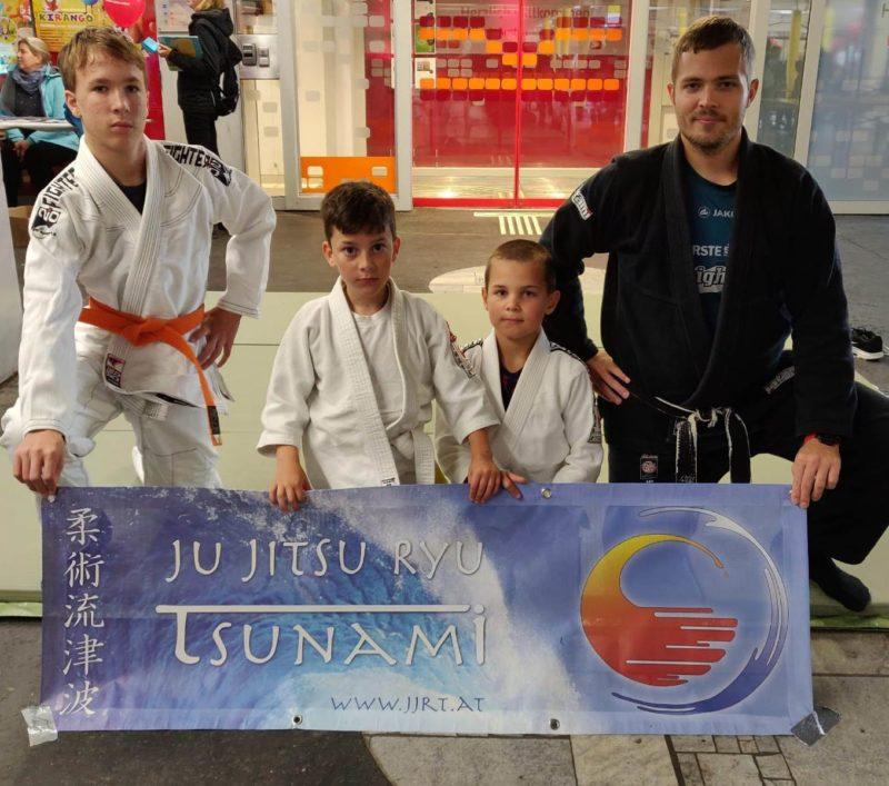 Trainer und 3 junge Helfer auf der Tatami